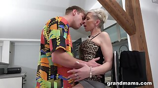 Efficacious orgasms for the mature aunt after she puts some young cock in the matter of their way ass